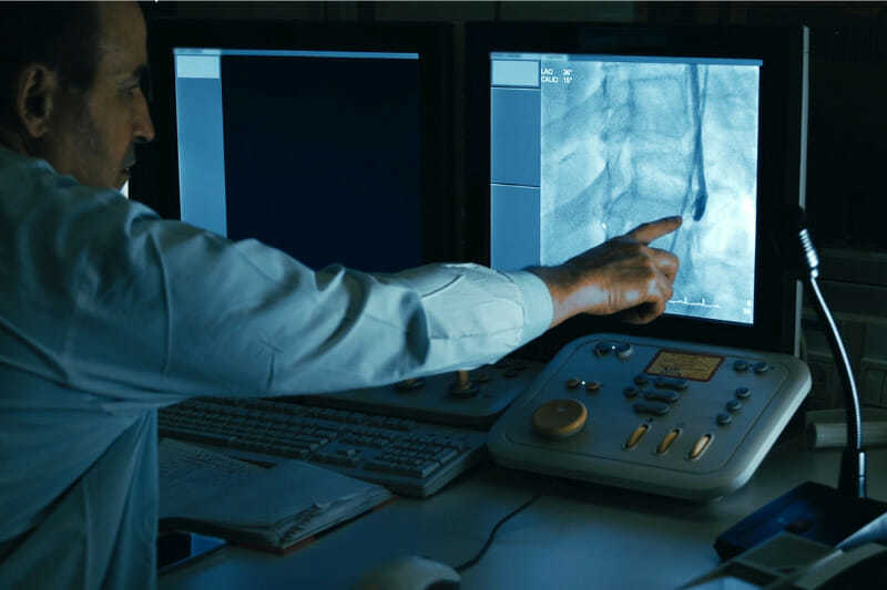 Médico controlando el proceso de inyección en los vasos sanguíneos