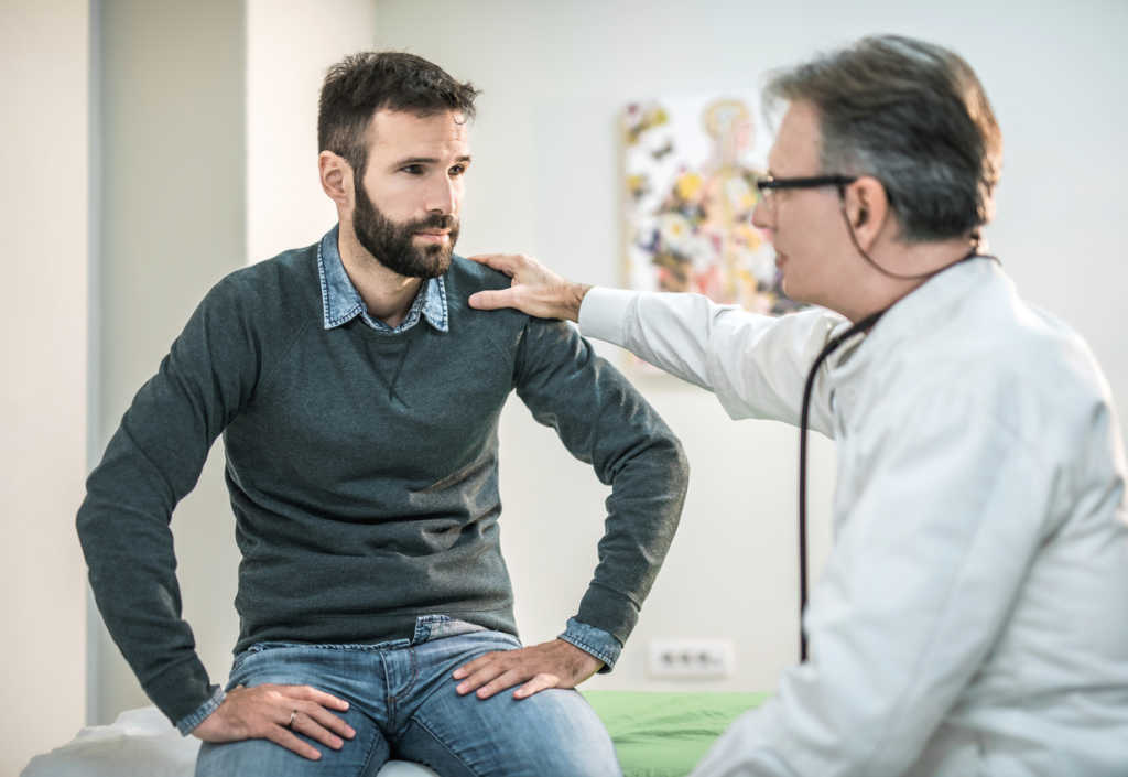 Flebólogo consolando a paciente